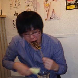 チョコソースをかけた「バナナ」串カツを食べるsinさん